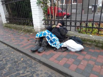 У Чернівцях  відмовилися госпіталізувати безхатька із паралічем
