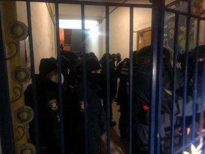 У Чернівцях десятки поліцейських в амуніції оточили вхід до міської ТВК