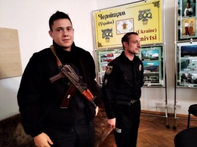 """""""Не сказали, хто вони і звідки"""": голова Чернівецької ТВК про інцидент з озброєними молодиками"""