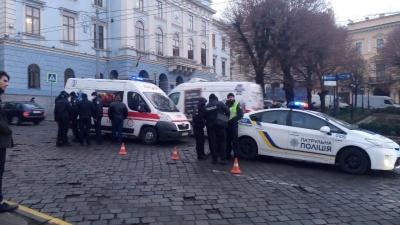 У Чернівцях біля ратуші поліцейське авто наїхало на жінку - фото