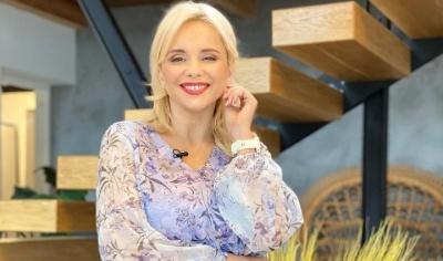 У квітковій блузці: відома телеведуча з Чернівців показала свій повсякденний образ