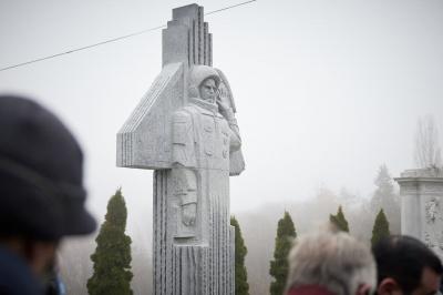 У Києві відкрили пам'ятник і могилу першому космонавту з Буковини Леоніду Каденюку – фото