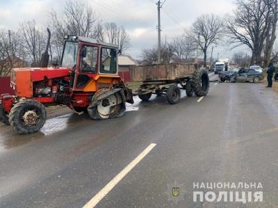 Водію раптово стало зле: на Буковині легковик влетів у трактор, постраждав чоловік