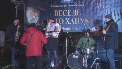 З оркестром і фаєр-шоу: в Чернівцях розпочали святкувати Хануку - наживо