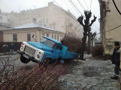 У Чернівцях вантажівка задніми колесами провалилась у яму - відео