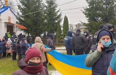 Релігійний конфлікт на Буковині: через сутичку між вірянами церкву оточили силовики в амуніції