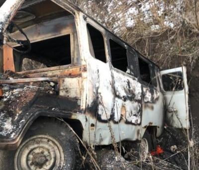 На Харківщині контрабандисти спалили бус з чорною ікрою