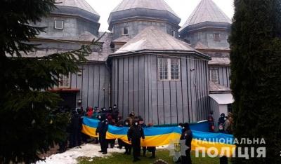 Церковний конфлікт на Буковині: поліція перевіряє інформацію про «неправомірні дії» силовиків