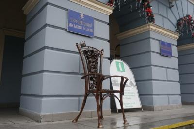 Каспрук подарував Чернівцям коване крісло міського голови – фото