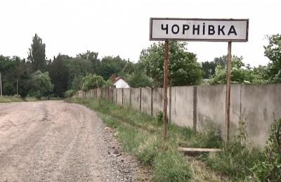 «Свиня за кермом»: у селі під Чернівцями невідомий пошкодив покриття футбольного поля – відео