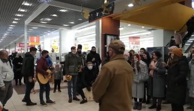 У Чернівцях десятки відвідувачів ТЦ вражаюче виконали колядки – відео
