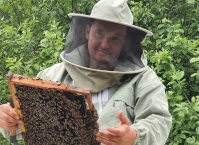 «Починав із десяти вуликів»: на Буковині економіст став пасічником і лікує пацієнтів бджолами