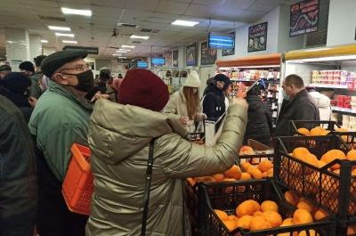 Передноворічний ажіотаж: у супермаркетах Чернівців – значні натовпи людей, покупці годинами стоять у чергах