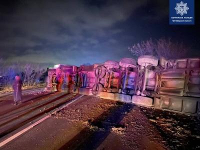 На трасі «Чернівці–Порубне» перекинулась фура, рух транспорту ускладнено