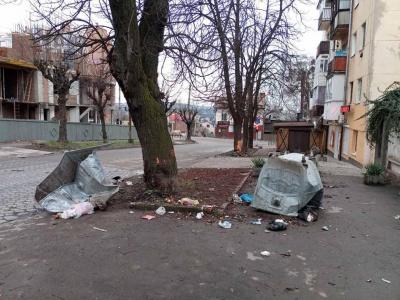 У центрі Чернівців на Новий рік вандали понищили контейнери для сміття