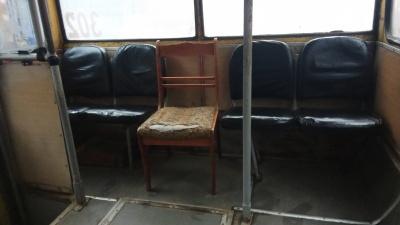 «Місто новітніх технологій»: мережу здивувало старе дерев'яне крісло у чернівецькому тролейбусі