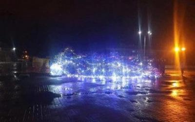 У Каневі впала головна ялинка міста
