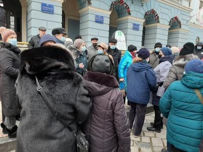 У Чернівцях десятки людей влаштували «тарифний» протест під міськрадою – фото