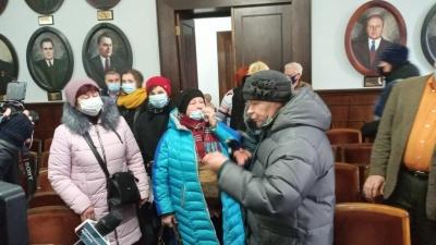 «Припиніть геноцид»: десятки людей влаштували тарифний протест у Чернівецькій міськраді