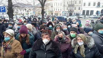 «Чому горілку можна продавати, а шкарпетки ні?»: у Чернівцях понад 100 людей пікетують міськраду – фото