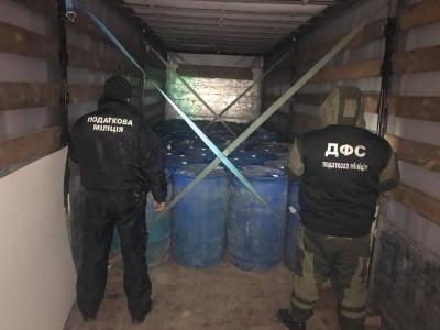 Вистачило би на 50 тисяч пляшок горілки: на Буковині затримали вантажівку спирту
