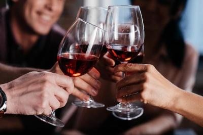 Вчені визначили, чим небезпечний один келих вина в день