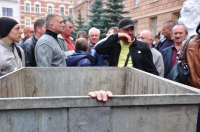 «Давно в альтфатерах не возили»: мер Чернівців натякнув на «сміттєву люстрацію» чиновників, які добровільно не йдуть із посад