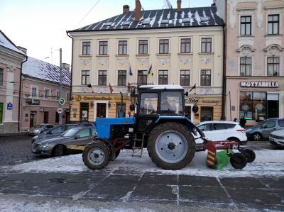 Комунальники чистять сквери та площі Чернівців від снігу