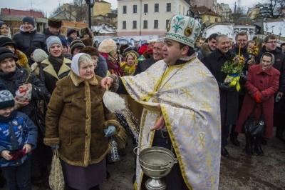 Кожен зі своїм посудом: чи будуть у церквах Чернівців освячувати воду на Водохреще