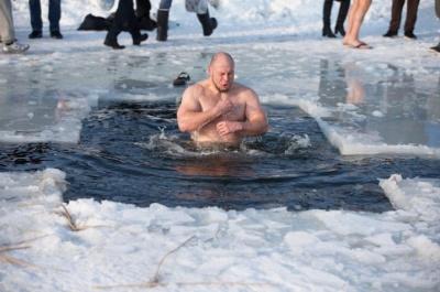Чи справді купання у річці на Водохреще змиває гріхи: відповідь священика з Чернівців