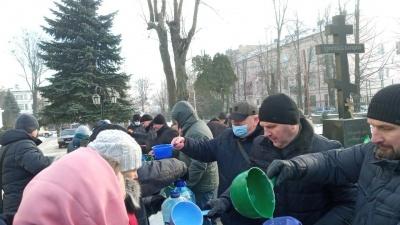 Водохреще-2021 у Чернівцях: черги людей біля церков і обмаль охочих скупатись в ополонці – фото