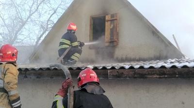 Намагався погасити вогонь: буковинець у пожежі отримав важкі травми