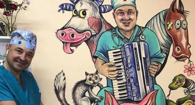 Ветеринар з Чернівців, показав, як співає собака - кумедне відео