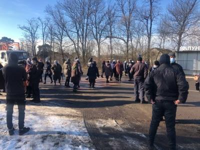 «Тарифний» протест розпочався ще в одному селі Буковини: перекрили трасу на Тернопіль – фото