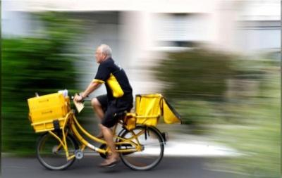 """Щоб """"обходити"""" карантин: в Нідерландах скандал через продаж уніформи поштарів та кур'єрів"""