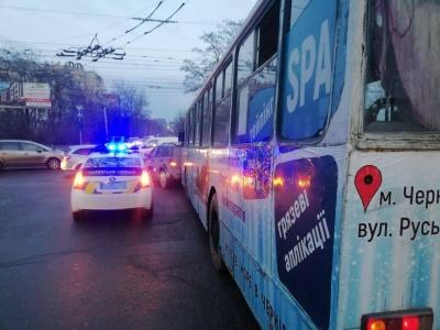 Відмовили гальма: у Чернівцях тролейбус зіткнувся з автівкою -  фото