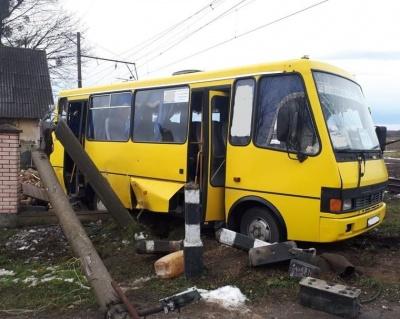 На Львівщині маршрутка виїхала на залізничний перехід і зіткнулася з потягом: загинула людина, ще одна травмована