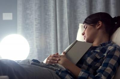 Вчені з'ясували, чому людям шкідливо спати із ввімкненим світлом