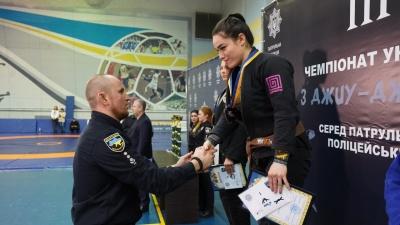 «Перемогами пишаюся, і поразками теж»: дівчина-патрульна з Буковини стала чемпіонкою світу з панкратіону