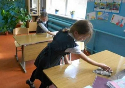 Українським школярам заборонили прибирати шкільні кабінети і класи