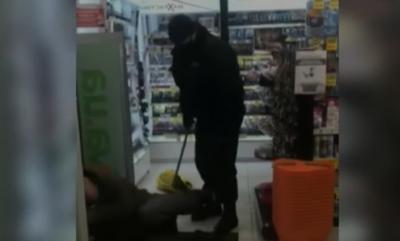 Охоронці жорстоко побили безхатька, який зайшов до магазину погрітися – відео