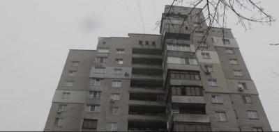 Дівчина випала з вікна 14 поверху на чоловіка, який саме виходив з під'їзду