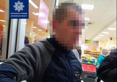 У Житомирі чоловік викрав з магазину шоколадку, погрожуючи продавцю ножем