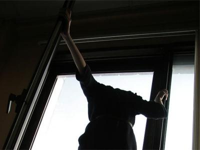 У Чернівцях 50-річний чоловік стрибнув з вікна 5 поверху і загинув на місці
