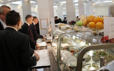 Борщ за 36 і сьомга за 216 гривень: журналіст показав оновлене меню в їдальні Верховної Ради