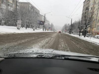 «Прибрали «від великого»: снігопад ускладнив ситуацію на дорогах Чернівців – що про це говорять мешканці та влада