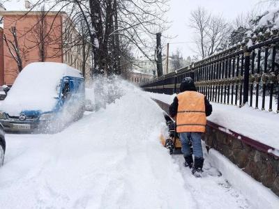 Хто відповідальний за прибирання снігу на тротуарах в Чернівцях: відповідь чиновника
