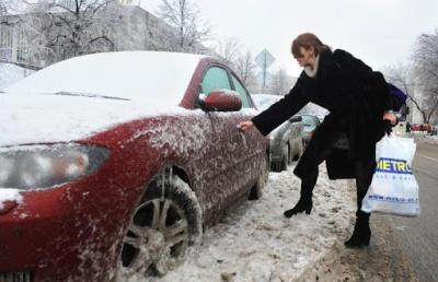Як розморозити машину від льоду взимку: експерти дали дієві поради