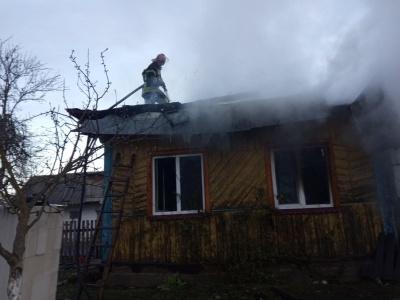 Свій дах згорів, зате хату сусідів врятували: ще одна пожежа на Буковині