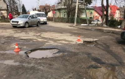 Чернівецька міськрада проситиме в «будинку з левами» 33 мільйони на ремонт доріг